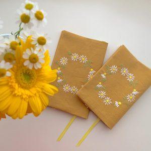 カモミール刺繍のブックカバー