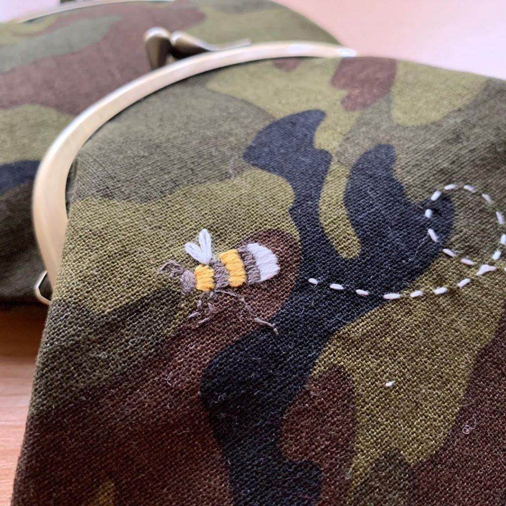 迷彩柄に蜂刺繍