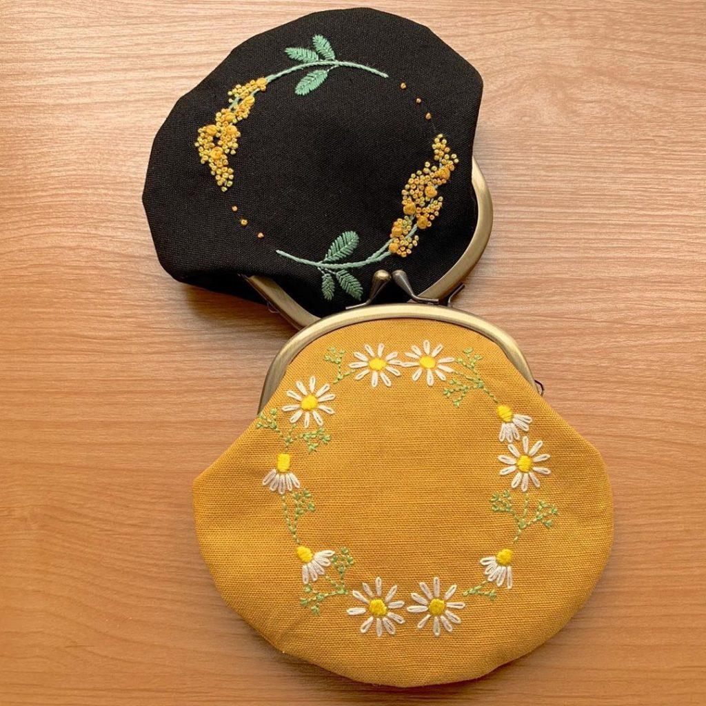 黄色生地にカモミール刺繍のがま口ポーチ