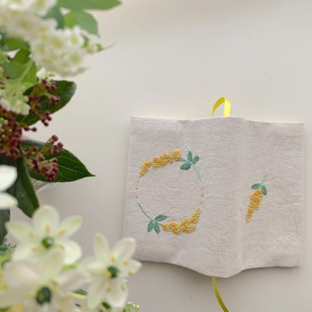 ミモザ刺繍のブックカバー