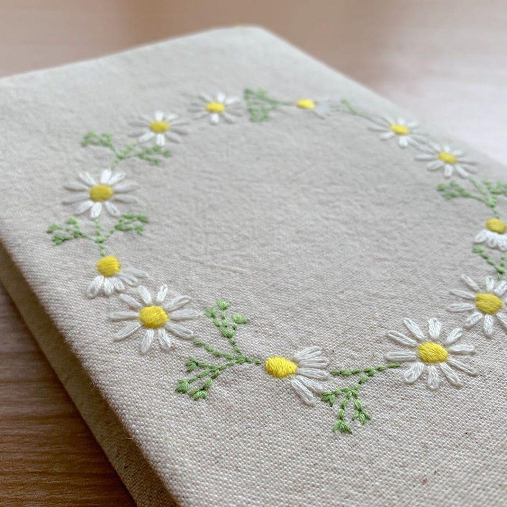 単行本サイズカモミール刺繍のブックカバー