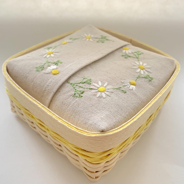 minneにて再販スタート致しました。紙バンドで編んだ#半分サイズのティッシュ カゴ#カモミール刺繍のティッシュカバー に半分に裁断した#ソフトパックティッシュ が入っています。先日はリピーター様に#新生活スタート の贈り物にお選び頂きました。ありがとうございます#エコロジー #半分サイズ#エコティッシュ#クラフトテープ#クラフトバンド #エコクラフト#紙バンド #おうち時間 が少しでも楽しくなりますように。#花のあるくらし#カモミール刺繍#花刺繍 #刺繍 #embroidery #手刺繍#handembroidery #handmade #手仕事#手作り#針仕事#needlework#カミツレ#カモマイル#カモミール#chamomile#tomoprix