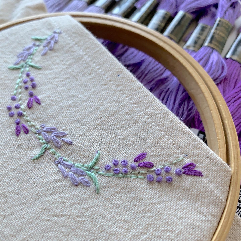 ラベンダー刺繍の半分サイズティッシュ今日もラベンダー刺繍をチクチクしてます。紙バンドで編んだ半分サイズのティッシュカゴラベンダー刺繍のティッシュカバー に半分に裁断した#ソフトパックティッシュ が入っています。カゴは手編み、刺繍は手刺繍で製作しています。少しづつの出品です、今後しばらく続きます。次回minneでの販売は28日頃を予定しております。#エコロジー #半分サイズ#エコティッシュ#クラフトテープ#クラフトバンド #エコクラフト#紙バンド #おうち時間 が少しでも楽しくなりますように。#花のあるくらし#ラベンダー刺繍#花刺繍 #刺繍 #embroidery #手刺繍#handembroidery #handmade #手仕事#手作り#針仕事#needlework#lavender#ラベンダー#tomoprix