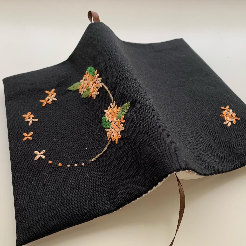 ホントは季節先取りでもっと夏のうちに刺したかった金木犀刺繍ですが、、、そんなに遅くもないかな?#読書の秋 #おうち時間 が少しでも楽しくなりますように。#minne にて近日販売予定#花のあるくらし#金木犀#kinmokusei #osmanthus #fragmentolive #桂花#丹桂#金桂#金木犀刺繍#金木犀刺繍のブックカバー#文庫本サイズ#花刺繍 #刺繍 #embroidery #手刺繍#handembroidery #handmade #手仕事#手作り#針仕事#needlework#tomoprix