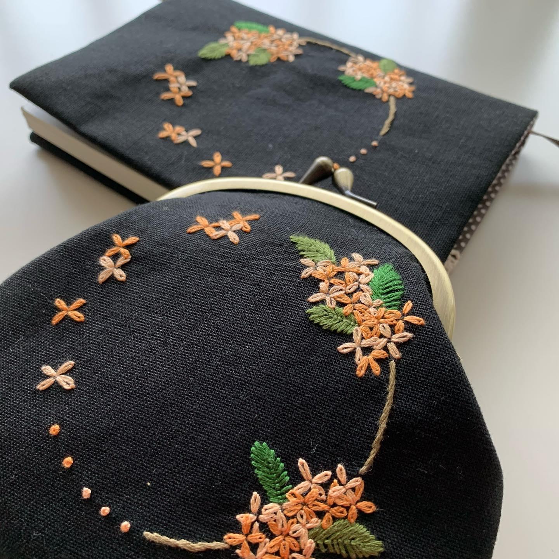昨日の#キンモクセイ 刺繍のブックカバーとお揃いで、#がま口ポーチ も完成しました。ブックカバーは販売スタートしております。がま口ポーチは明日販売スタートします。暫しお待ちを。#読書の秋 #食欲の秋#おうち時間 が少しでも楽しくなりますように。#minne にて近日販売予定#花のあるくらし#金木犀#kinmokusei #osmanthus #fragmentolive #桂花#丹桂#金桂#金木犀刺繍#金木犀刺繍のブックカバー#文庫本サイズ#花刺繍 #刺繍 #embroidery #手刺繍#handembroidery #handmade #手仕事#手作り#針仕事#needlework#tomoprix