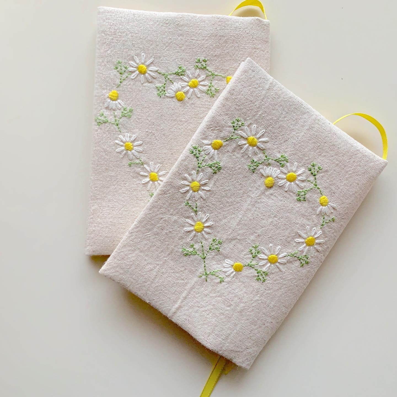 The flower that blooms in adversity is the rarest and most beautiful of all.#カモミールの花言葉 は#逆境で生まれる力#逆境に耐える踏まれれば踏まれるほど丈夫に育つ事からそう言われているそうです。きっと乗り越えられるよ!#minne #花のあるくらし#ハートのカモミール刺繍#カモミール刺繍#カモミール刺繍のブックカバー#文庫本サイズ#花刺繍 #刺繍 #embroidery #手刺繍#handembroidery #handmade #手仕事#手作り#針仕事#needlework#カミツレ#カモマイル#カモミール#chamomile#tomoprix