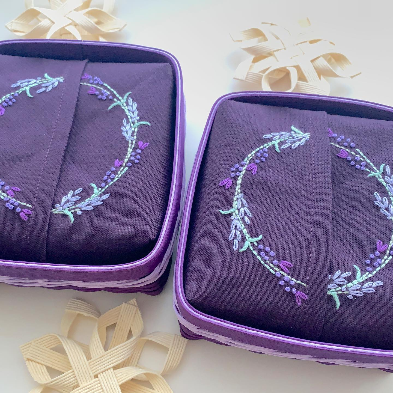 只今完成しました。#ラベンダー刺繍の半分サイズティッシュ 2点。#minne で後ほど再販スタートします。#クリスマス の#ギフト に。#エコロジー #半分サイズ#エコティッシュ#クラフトテープ#クラフトバンド #エコクラフト#紙バンド #おうち時間 が少しでも楽しくなりますように。#花のあるくらし#ラベンダー刺繍#花刺繍 #刺繍 #embroidery #手刺繍#handembroidery #handmade #手仕事#手作り#針仕事#needlework#lavender#ラベンダー#tomoprix