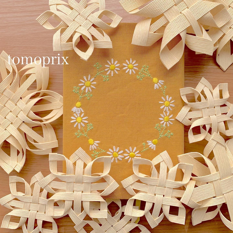 こちらの#カモミール刺繍のブックカバー#単行本サイズ も#minne で再販スタート致しました。あら写真の編集失敗してるわ…生地がナミナミのストライプに見えますね実際は無地です!プロフィール欄からminne tomoprix galleryに飛べます。気になる方はご覧ください。The flower that blooms in adversity is the rarest and most beautiful of all.#カモミールの花言葉 は#逆境で生まれる力#逆境に耐える踏まれれば踏まれるほど丈夫に育つ事からそう言われているそうです。きっと乗り越えられる!だから、今はお家でおとなしく本を読みましょう。#thepowerofadversity #energyinadvetsity #おうち時間 が少しでも楽しくなりますように。#minne #花のあるくらし#ハートのカモミール刺繍#カモミール刺繍#カモミール刺繍のブックカバー#文庫本サイズ#ブックカバー #花刺繍 #刺繍 #embroidery #手刺繍#handembroidery #handmade #手仕事#手作り#針仕事#needlework#カミツレ#カモマイル#カモミール#chamomile#tomoprix