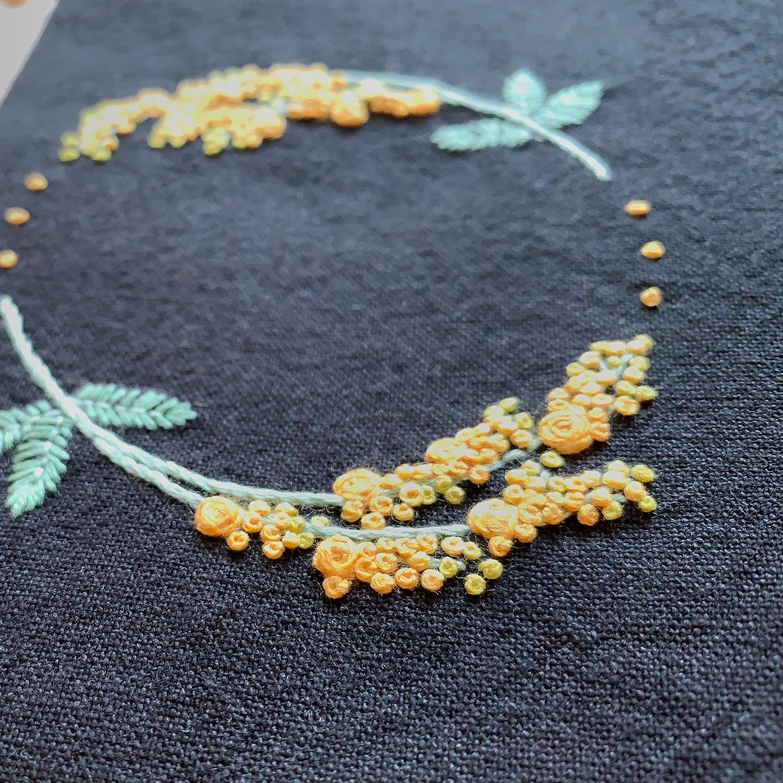 お色違いも再販スタートしております。気になる方は#minne #tomoprixgallery でご覧ください。minneにはプロフィール欄からとべます。#3月8日はミモザの日 #花のある暮らし #ミモザ刺繍 #がま口#がま口ポーチ#刺繍#embroidery#手刺繍#handembroidery#針仕事#needlework#handmade#ミモザ#mimosa#アカシア#tomoprix#minne