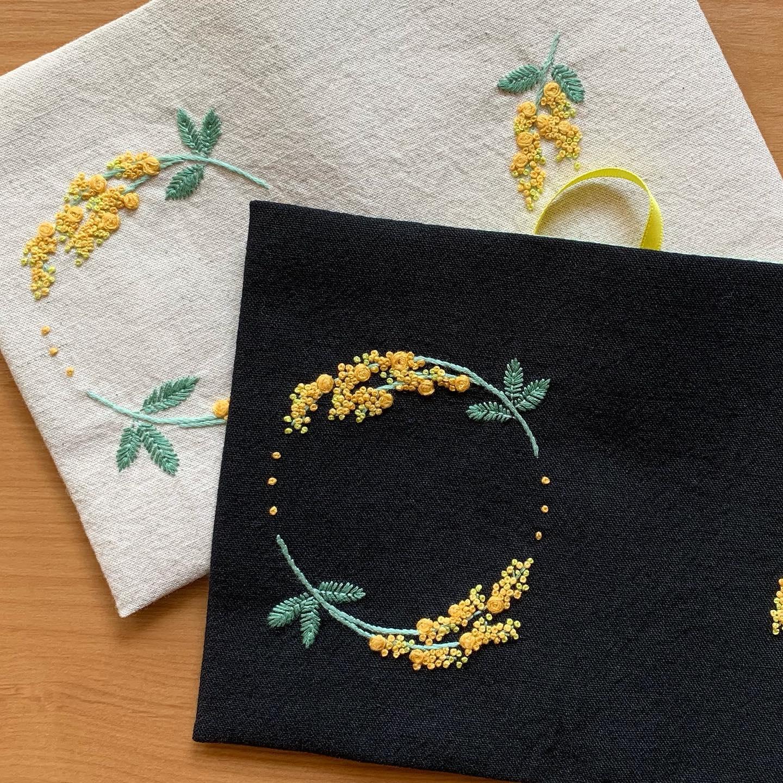 今日はミモザの日#国際女性デー2021 #minne #tomoprixgallery minneにはプロフィール欄からとべます。#3月8日はミモザの日 #花のある暮らし #ミモザ刺繍 #がま口#がま口ポーチ#刺繍#embroidery#手刺繍#handembroidery#針仕事#needlework#handmade#ミモザ#mimosa#アカシア#tomoprix#minne