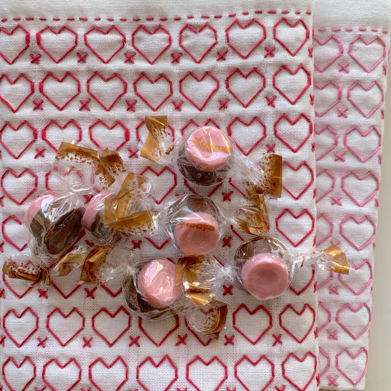 バレンタインデーに間に合わなかった️の刺し子ふきんが出来上がったので。昨日のホワイトデーには間に合っていたのに写真が間に合わず今日のアップになりました。ピンクと赤、2枚完成。#ホビーラホビーレ#刺し子 #花ふきん#刺し子ふきん#刺し子のある暮らし#手仕事#handmade #sashikostitching #sashiko#stitch#stitching#japaneseculture #Traditionalculture#おうち時間を楽しみたい#今日も針仕事が出来る事に感謝
