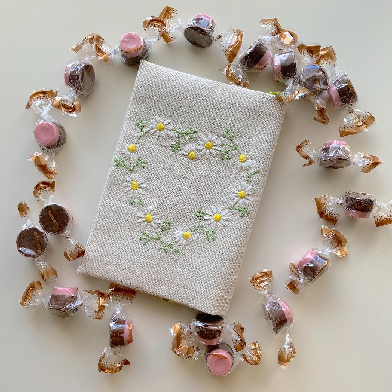 再販のお知らせ#minne で「️ハートのカモミール刺繍ブックカバー」文庫本サイズ再販スタートしております。プロフィール欄からminne tomoprix galleryに飛べます。気になる方はご覧ください。The flower that blooms in adversity is the rarest and most beautiful of all.#カモミールの花言葉 は#逆境で生まれる力#逆境に耐える踏まれれば踏まれるほど丈夫に育つ事からそう言われているそうです。#thepowerofadversity #energyinadvetsity #おうち時間 が少しでも楽しくなりますように。#minne #花のあるくらし#ハートのカモミール刺繍#カモミール刺繍#カモミール刺繍のブックカバー#文庫本サイズ#新書サイズ#ブックカバー #花刺繍 #刺繍 #embroidery #手刺繍#handembroidery #handmade #手仕事#手作り#針仕事#needlework#カミツレ#カモマイル#カモミール#chamomile#tomoprix