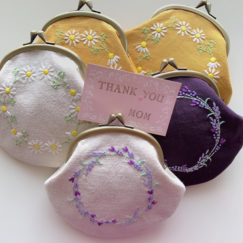 #カモミール刺繍 の#がまぐちポーチ #ラベンダー刺繍 のがま口ポーチ各色ご用意出来ました。後程minne galleryにアップします。#母の日のプレゼント に。プロフィールからminne に飛べます🕊#花言葉#逆境で生まれる力#逆境に耐える#蜂#ハチ##bee #honeybee #カモミール刺繍 #花刺繍 #刺繍 #embroidery #手刺繍#handembroidery #handmade #手仕事#手作り#針仕事#needlework#カモミール#カミツレ#chamomile #ラベンダー#lavender#はなのある暮らし #tomoprix#minne