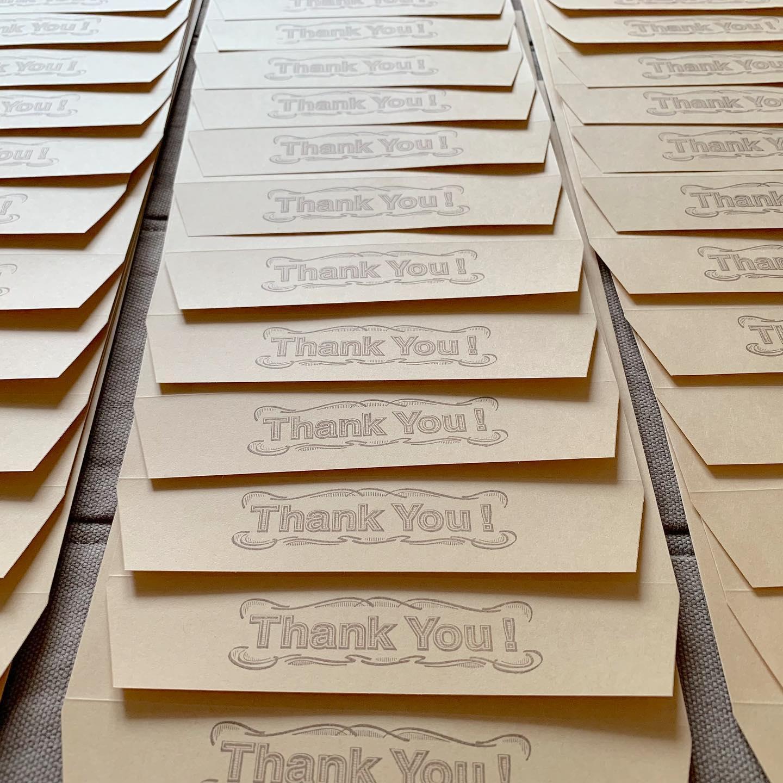 #感謝#thankyou minneの販売を始めて6月でまる5年が経ち、現在6年目に突入しております。先日500回目のご注文を頂き、ザックリ一年平均で100回のご注文を頂いた事になります。コレが多いのか少ないのか、他の作家様と比べるつもりも有りませんが。私的には凄い事です︎本当に本当にありがとうございます。世の中に500個、複数おまとめ買いを考えたらそれ以上の個数の私が作った物が使って頂けていると考えると、本当に嬉しいことです。どうか末長く可愛がって貰えますように。プロフィール欄からminneに飛べます。@tomoprix_k#読書#カモミール刺繍#カモミール刺繍のブックカバー #ラベンダー刺繍#ラベンダー刺繍のブックカバー#単行本サイズ#ブックカバー #花刺繍 #刺繍 #embroidery #手刺繍#loveembroidery #handembroidery #handmade #手仕事#手作り#針仕事#needlework#カミツレ#カモマイル#カモミール#chamomile #ラベンダー#lavender #tomoprix