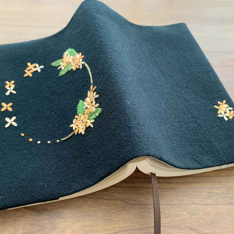 金木犀刺繍のブックカバーです。ここ数年、秋になると刺していた金木犀刺繍です。今年はいつもより早目にお披露目できそうです。#読書の秋 #おうち時間 が少しでも楽しくなりますように。#minne にて近日販売予定#花のあるくらし#金木犀#kinmokusei #osmanthus #fragmentolive #桂花#丹桂#金桂#金木犀刺繍#金木犀刺繍のブックカバー#文庫本サイズ#花刺繍 #刺繍 #embroidery #手刺繍#handembroidery #handmade #手仕事#手作り#針仕事#needlework#tomoprix